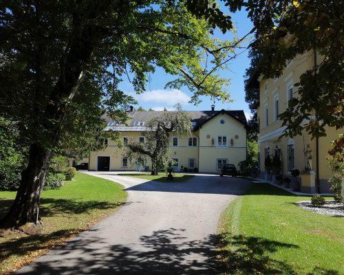 Außenbereich und Eingang zum Sipperhof - Ordination Maria Rain